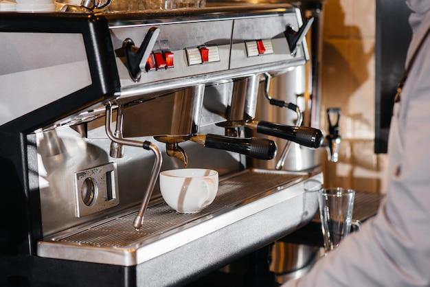 Köstlichen kaffee in einer modernen coffeeshop-nahaufnahme zubereiten.