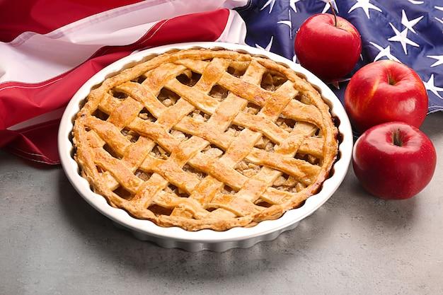Köstlicher amerikanischer apfelkuchen mit flagge auf dem tisch