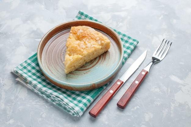 Köstlicher apfelkuchen der vorderansicht, der in teller auf weißem kuchenkuchen des weißen schreibtischkuchen-kuchens geschnitten wird