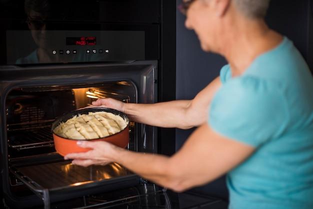 Köstlicher apfelkuchen wird bald fertig sein
