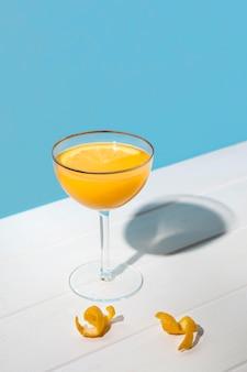 Köstlicher aromatischer cocktail zum servieren