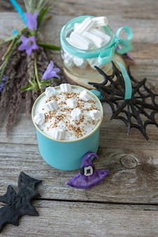 Köstlicher aromatisierter kaffee mit marshmallows