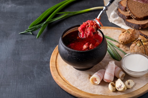 Köstlicher borschtsch mit schmalz, brot und zwiebeln. speicherplatz kopieren
