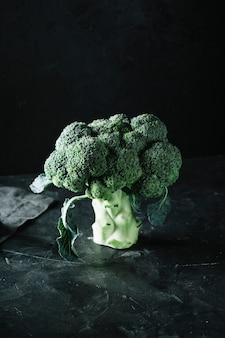 Köstlicher brokkoli auf einem schmutzschwarzhintergrund