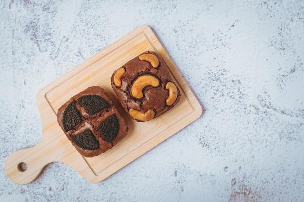 Köstlicher brownies-kuchen auf weißem hintergrund für bäckerei-, lebensmittel- und esskonzept
