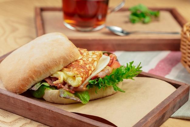 Köstlicher burger mit omelettfrühstückstellerabschluß oben