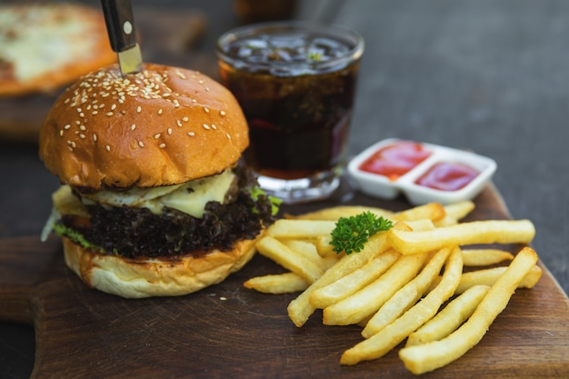 Köstlicher burger mit pommes frites und cola-drink
