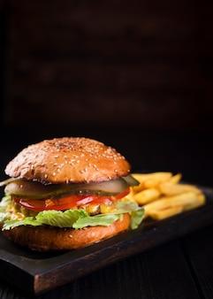Köstlicher burger mit pommes-frites