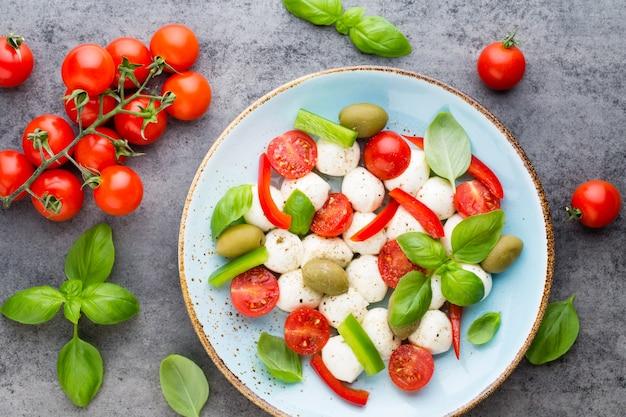 Köstlicher caprese-salat mit reifen kirschtomaten und mozzarella