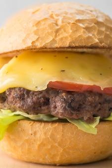 Köstlicher cheeseburger der nahaufnahme