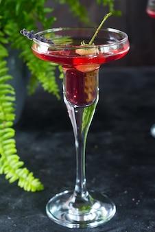 Köstlicher cocktail mit campari, gin, wermut und beeren