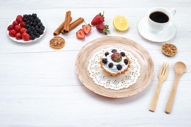 Köstlicher cremiger kuchen mit beeren-zimt-kaffee auf licht, kuchen süße fotofarbe