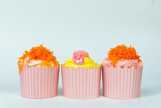 Köstlicher cupcake in reihe.