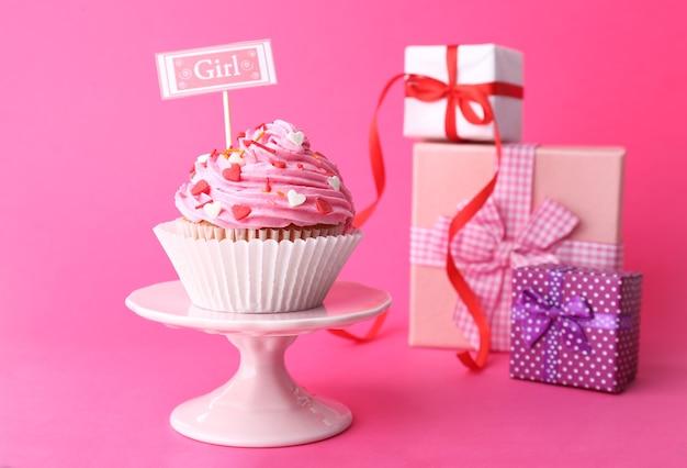 Köstlicher cupcake mit aufschrift auf rosa