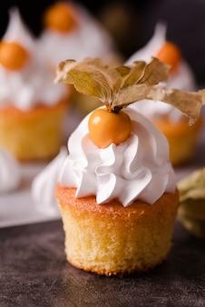 Köstlicher cupcake mit zuckerguss und obst