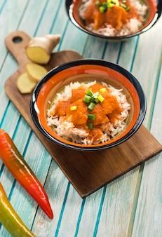 Köstlicher curry in der nähe von gewürzen