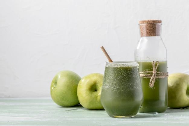 Köstlicher detox-smoothie mit äpfeln