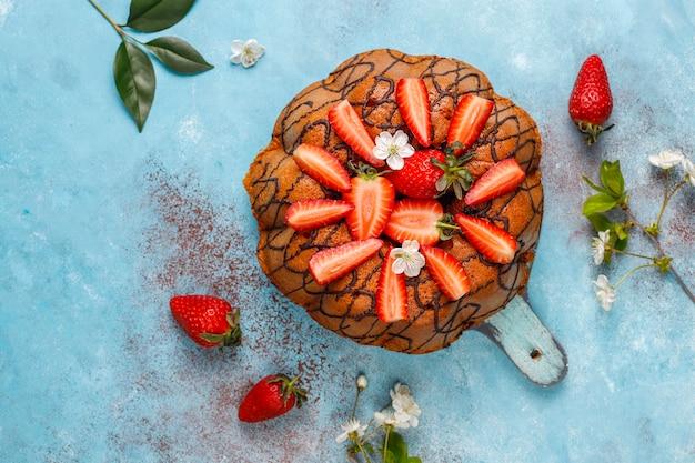 Köstlicher erdbeer-schokoladenkuchen mit frischen erdbeeren