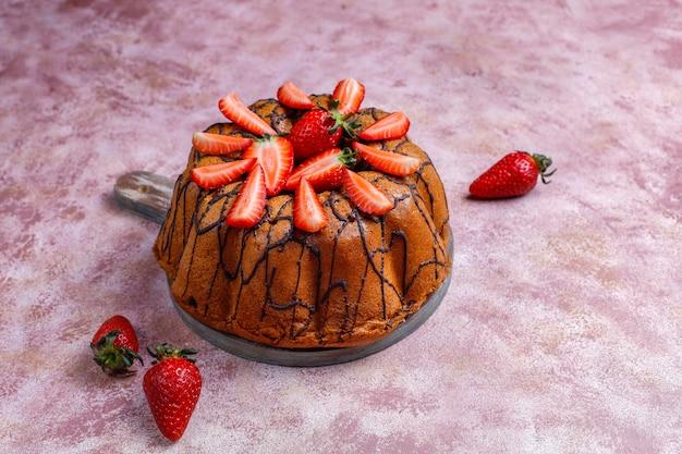 Köstlicher erdbeerschokoladenkuchen mit frischen erdbeeren, draufsicht