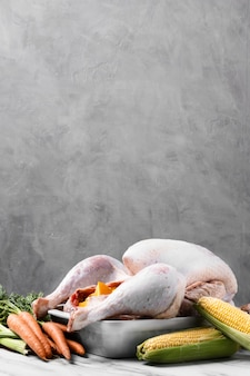 Köstlicher erntedank-truthahn mit karotten