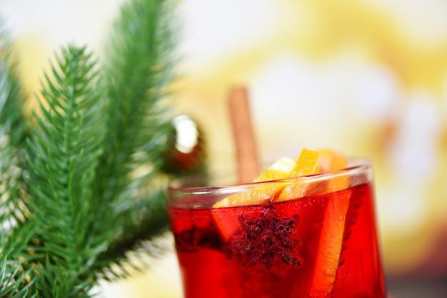 Köstlicher feiertag des weihnachtsglühweins mögen orange zimtsternanisgewürze der parteikiefer