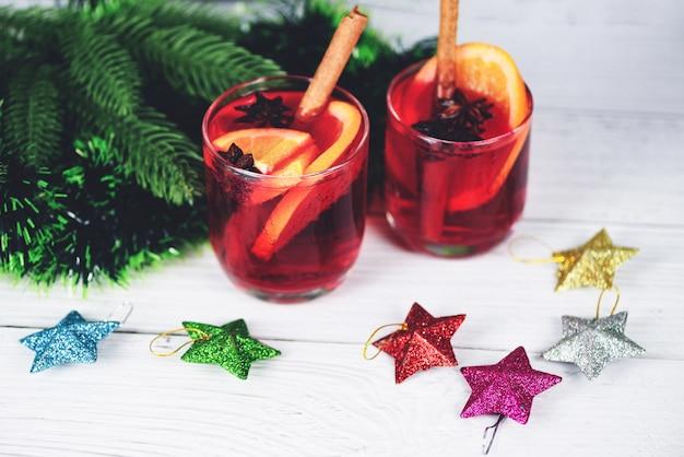 Köstlicher feiertag des weihnachtsglühweins mögen partys mit orange zimtsternanisgewürzen für traditionelle weihnachtsgetränkwinterferien