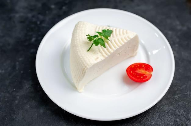 Köstlicher feta-käse auf einem weißen teller