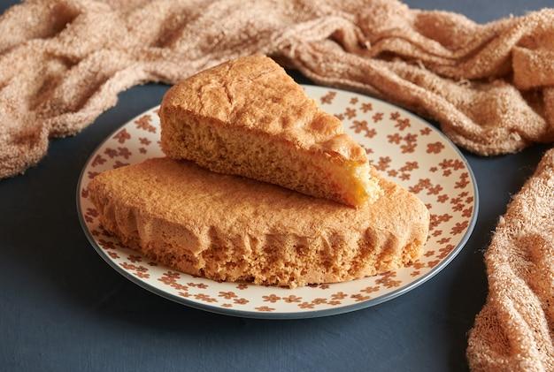Köstlicher frisch gebackener biskuitkuchen auf einem teller