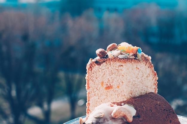 Köstlicher frisch gebackener ostern-kuchennaturhintergrund