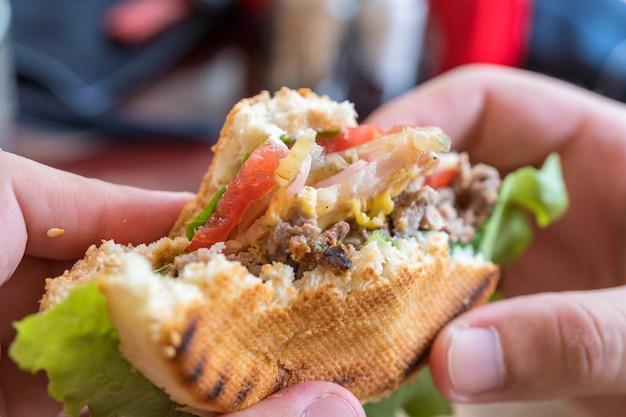 Köstlicher frischer hamburger mit gegrilltem rindfleischburger auf einem holzbrett