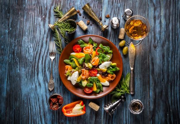 Köstlicher frischer meeresfrüchtesalat auf dem alten hölzernen hintergrund