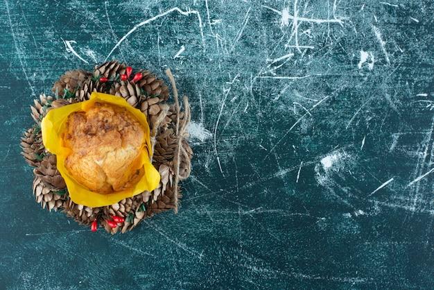 Köstlicher frischer muffin und weihnachtskranz auf einem bunten hintergrund. foto in hoher qualität