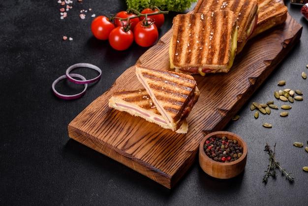 Köstlicher frischer toastgrill mit käse und schinken. sandwiches, schneller snack