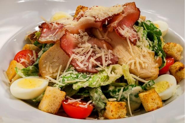 Köstlicher frischer und köstlicher caesar-salat mit hühnchen und croutons