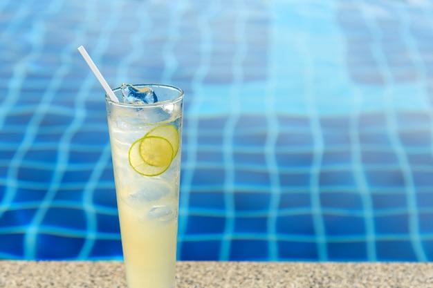 Köstlicher frischer zitronensaft nahe dem pool auf einem tropischen erholungsort