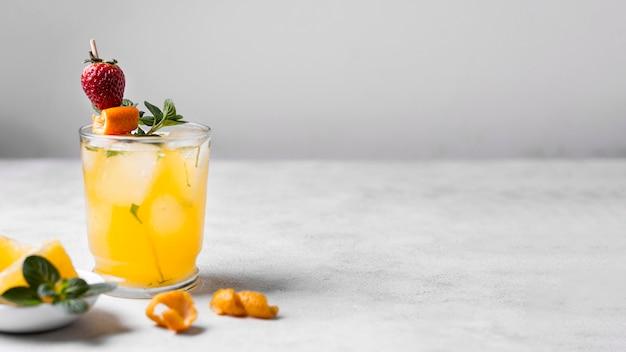Köstlicher fruchtiger cocktail mit platz zum kopieren