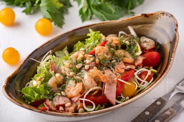 Köstlicher garnelensalat briet speck, gemüse und kiefernnüsse. leckerer meeresfrüchtesalat.