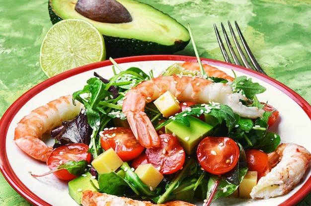 Köstlicher garnelensalat und avocado mit tomate