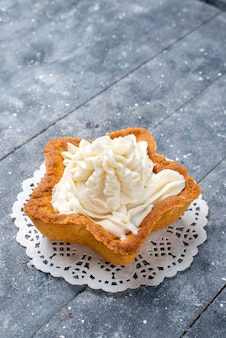 Köstlicher gebackener kuchenstern geformt mit weißer leckerer sahne innen auf hellem schreibtisch, kuchen backen zucker süßer keks