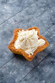 Köstlicher gebackener kuchenstern geformt mit weißer leckerer sahne innen auf hellem schreibtisch, kuchen backen zucker süßer sahne-tee