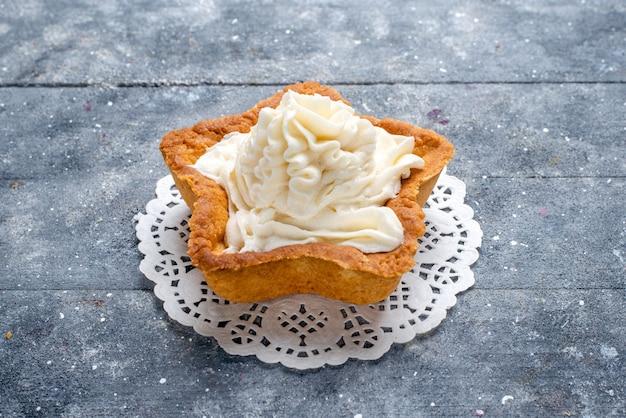 Köstlicher gebackener kuchenstern geformt mit weißer sahne innen auf hellem schreibtisch, kuchen backen zucker süßer sahne-tee