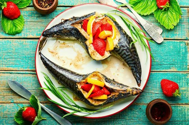 Köstlicher gebratener fisch mit erdbeere und zitrone. meeresfrüchte, gebackene makrele. gesunde ernährung
