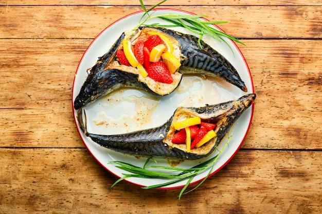 Köstlicher gebratener fisch mit erdbeere und zitrone. meeresfrüchte, gebackene makrele.