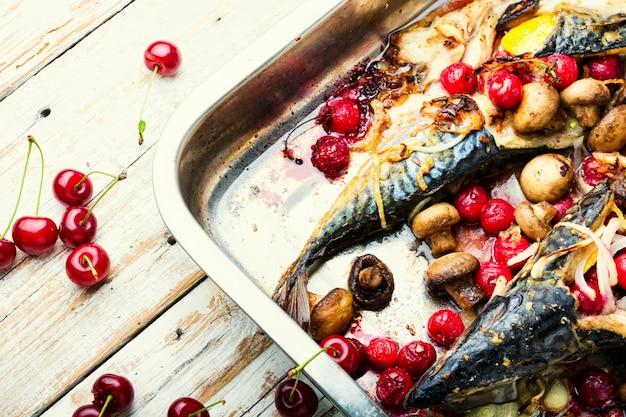 Köstlicher gebratener makrelenfisch in auflaufform