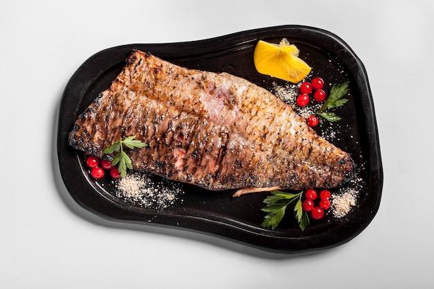 Köstlicher gekochter fisch mit gemüse
