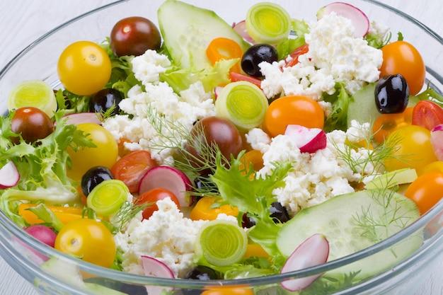 Köstlicher gemischter salat mit gurke, tomaten, schwarzen oliven und feta-käse