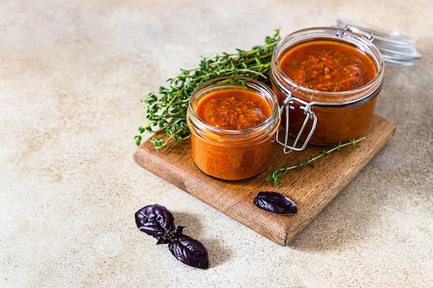 Köstlicher gemüsekaviar in gläsern, thymian und lila basi