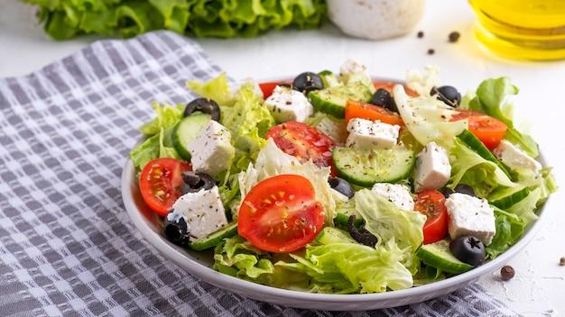 Köstlicher gemüsesalat mit fetakäse und oliven.