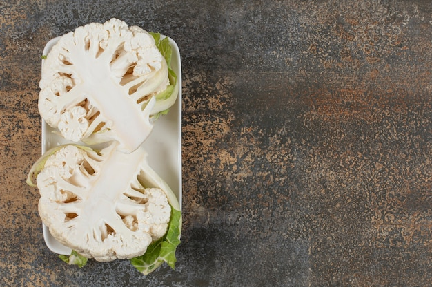 Köstlicher geschnittener blumenkohl in der schüssel auf der marmoroberfläche