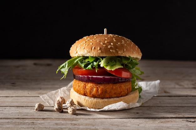 Köstlicher gesunder kichererbsenburger. alternative diät. veganismus-lebensmittelkonzept.